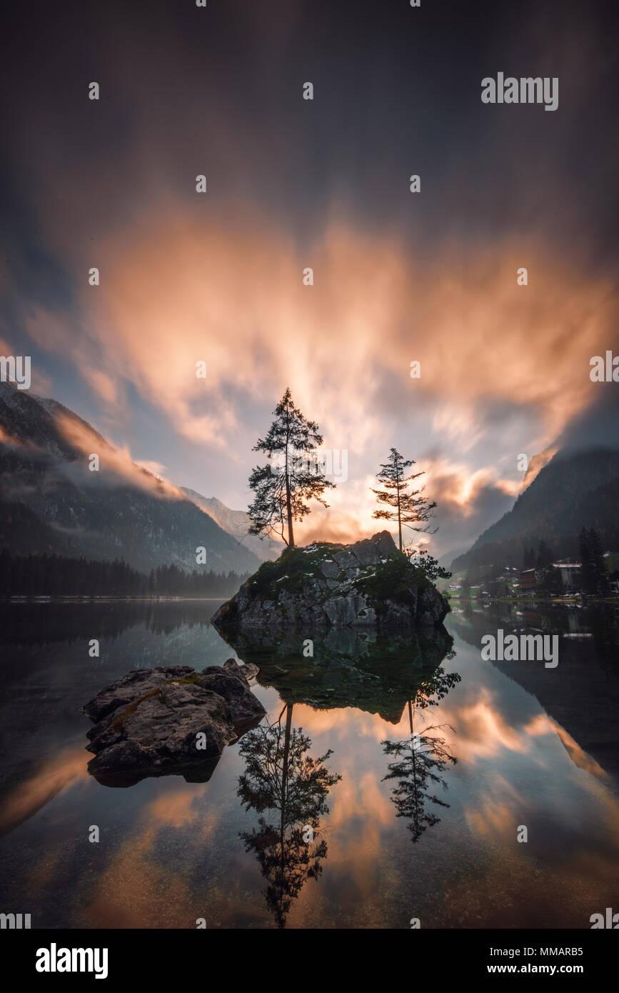 Dramatische Wolken über dem Berg See Stockbild