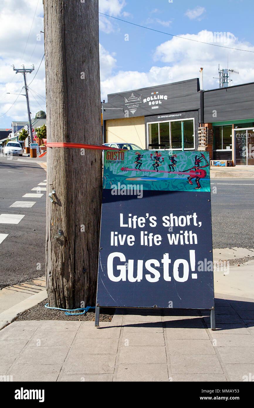 Tasmanien, Australien: 30. März 2018: Inspirational Zitat geschrieben auf einer Anzeigentafel am Straßenrand. Stockbild