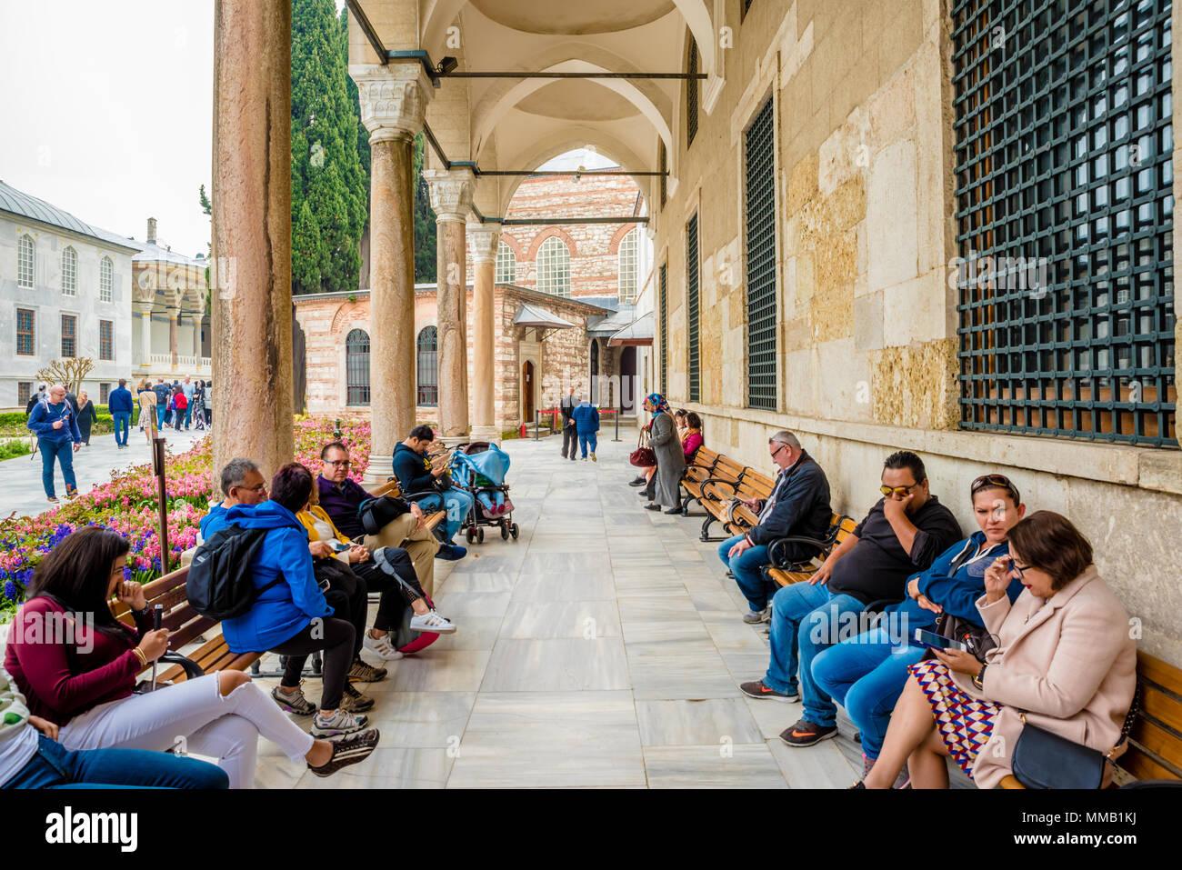 Nicht identifizierte Personen besuchen Sie den Topkapi Palast, ein großes Museum, in Istanbul, Türkei, 11. April 2018 Stockbild