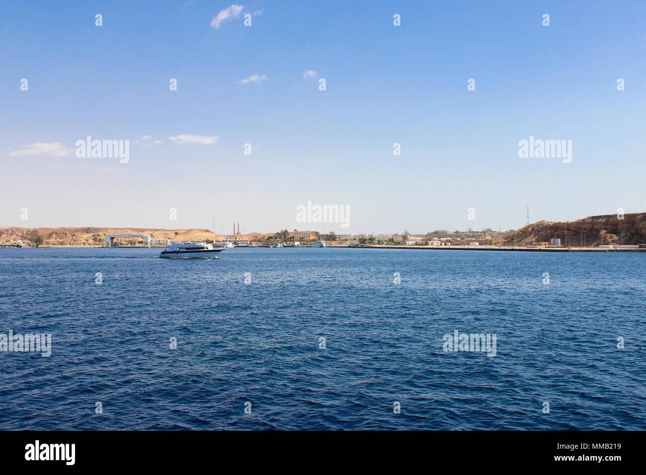 Touristische Bootsfahrt mit Touristen in Rot. Insel Tiran. Stockbild