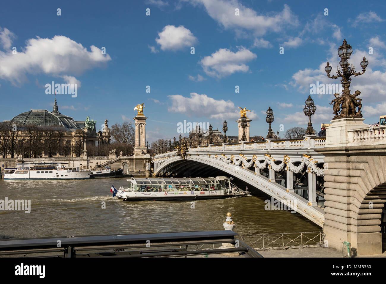 Pont Alexandre III Ein deck Bogenbrücke, die sich über die Seine in Paris. Die Brücke ist weithin als die meisten verzierten, extravagante Brücke in Paris angesehen Stockfoto