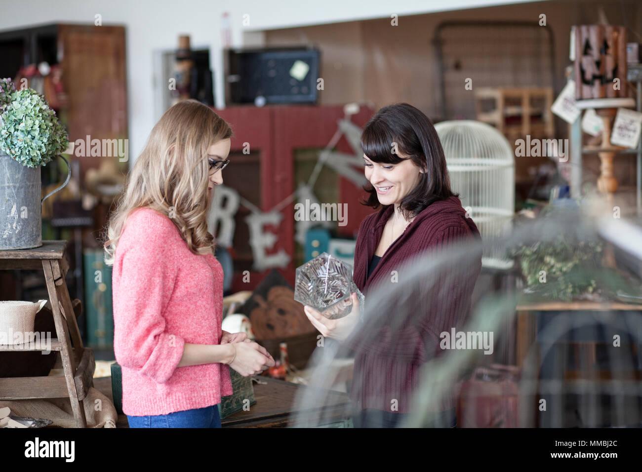 Zwei kaukasischen Frauen Shopping in einem antiken Speicher Stockfoto