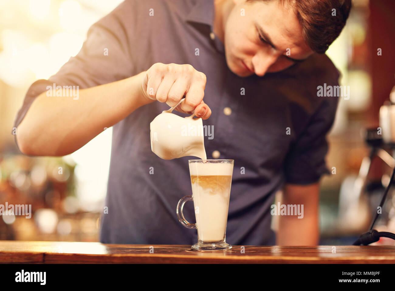 Barista Cafe machen Kaffee Zubereitung-Service-Konzept Stockbild