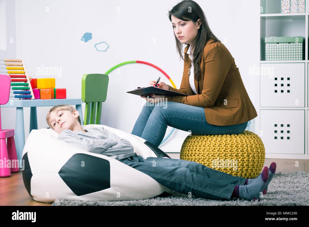Daneben Benehmen Jungen Liegen Auf Sack Stuhl Während Home Sitzung