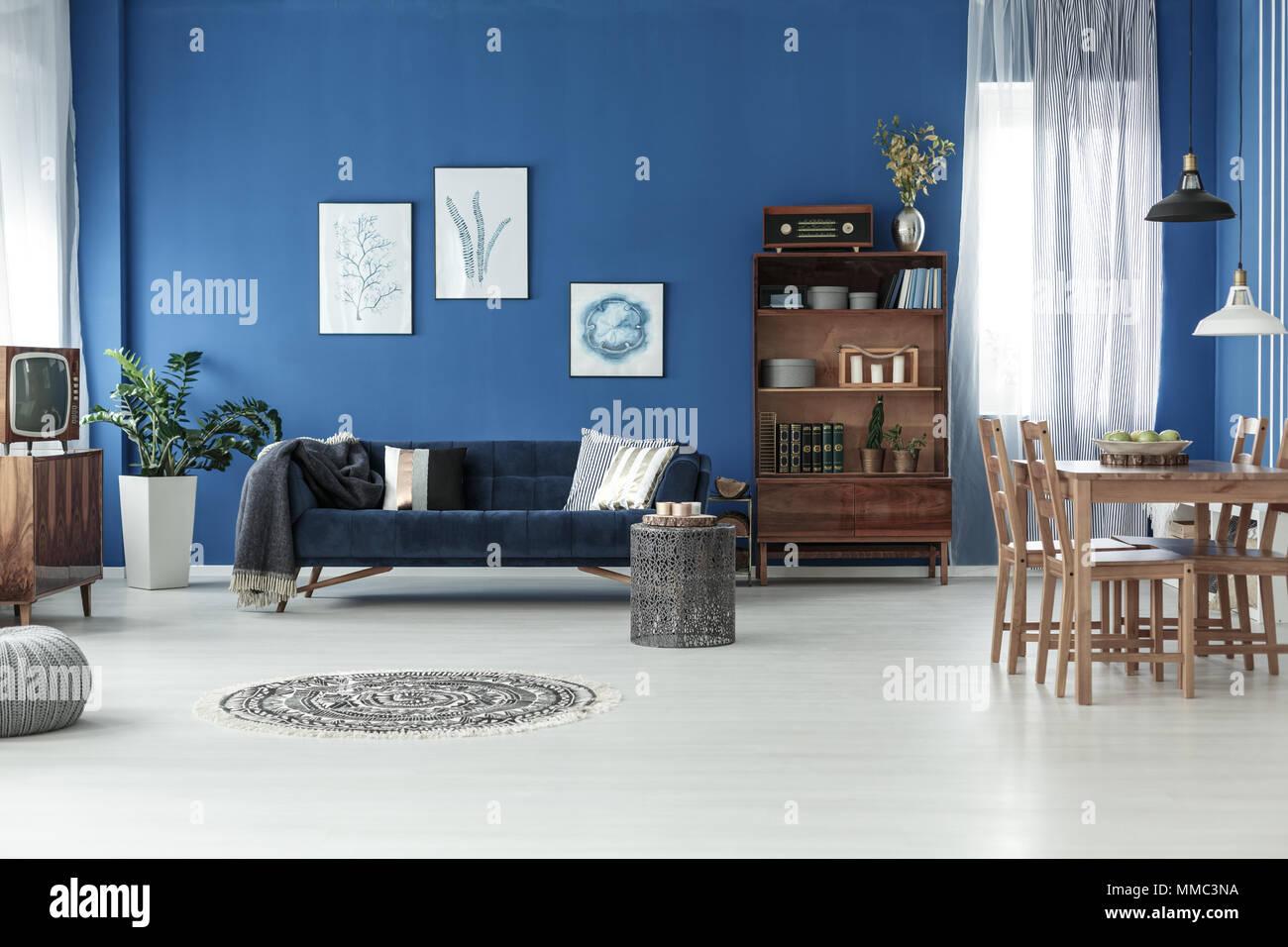 Holzfußboden Wohnzimmer ~ Geräumige retro stil wohnzimmer mit holzfußboden und blauen wand