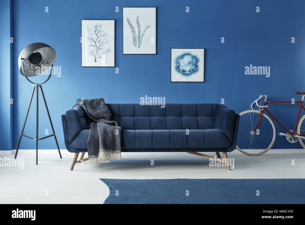 Rotes Fahrrad In Modernem Design Blau Wohnzimmer Mit Ausgefallenen