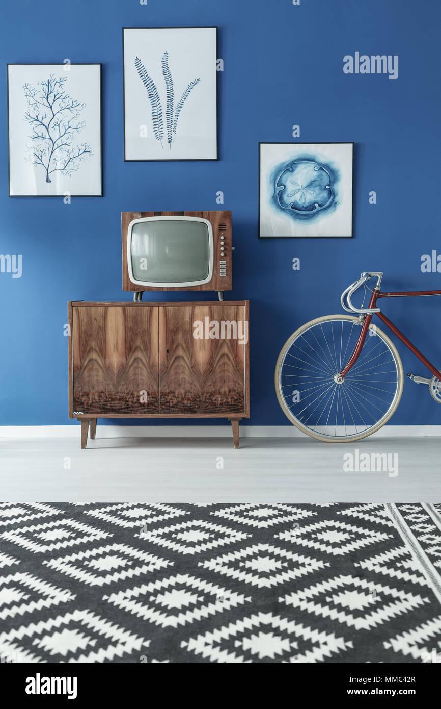 Schwarz-weiß gemusterten Teppich in Blau und Holz- Wohnzimmer ...