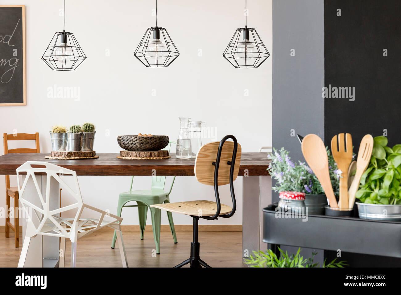 Zimmer Mit Gemeinsamen Tisch Stuhle Hangelampen Kuche Warenkorb