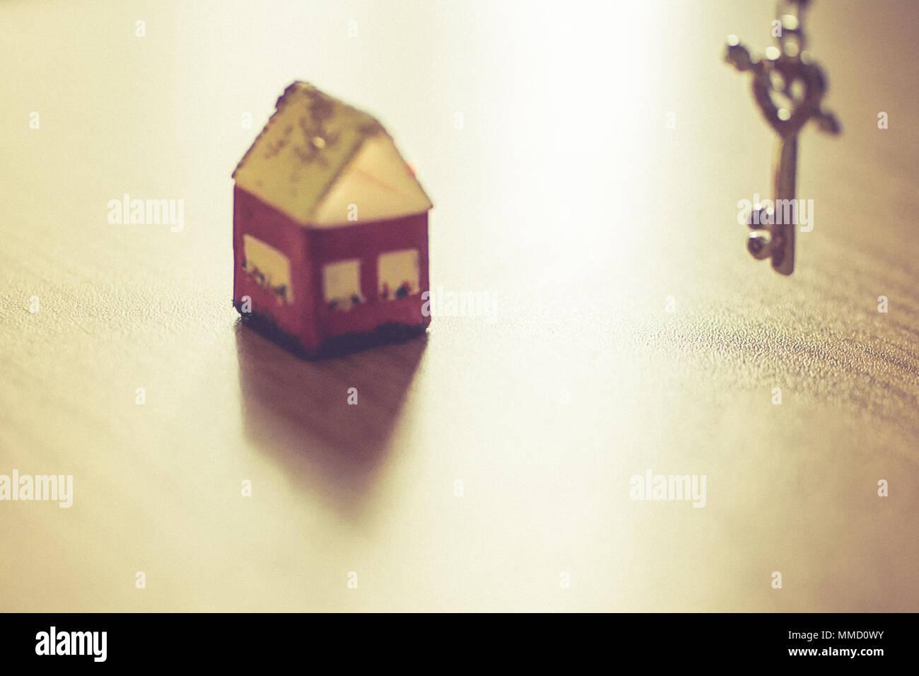 Kleines Haus und Schlüssel Stockfoto