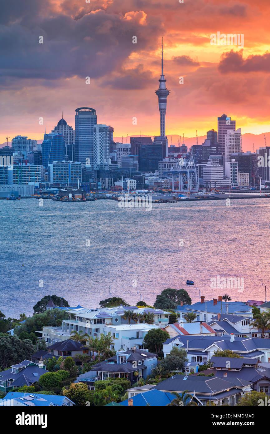 Auckland. Stadtbild bild Skyline von Auckland, Neuseeland bei Sonnenuntergang mit dem Davenport im Vordergrund. Stockbild