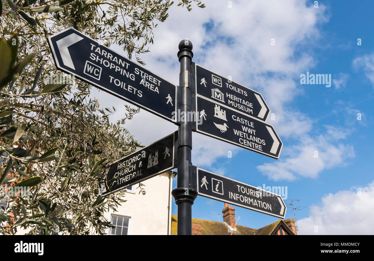 Multi Finger Richtung post Zeichen im britischen Markt Stadt Arundel, West Sussex, England, UK. Stockbild