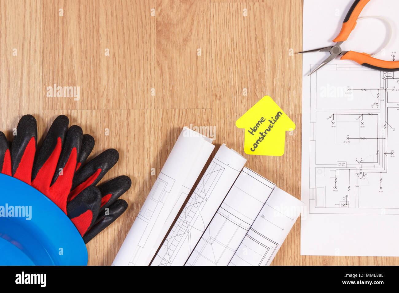 Schützende Blaue Helm Mit Handschuhen, Zangen, Diagramme Oder Elektrische  Konstruktion Zeichnungen Und Gelbes Papier