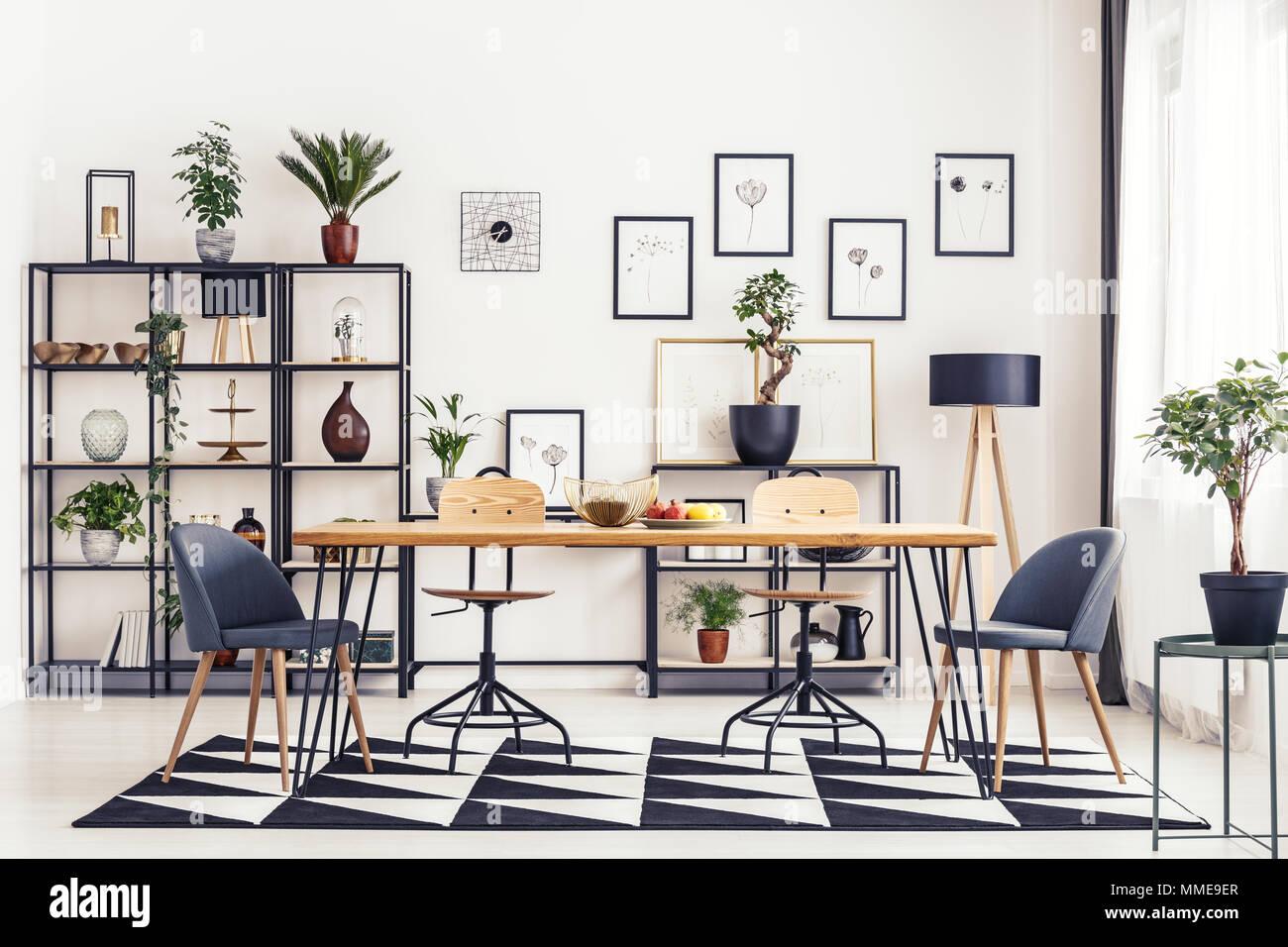 Grauen Stuhlen Am Tisch Auf Schwarzen Und Weissen Teppich In Esszimmer Mit Galerie Der Poster Stockfotografie Alamy