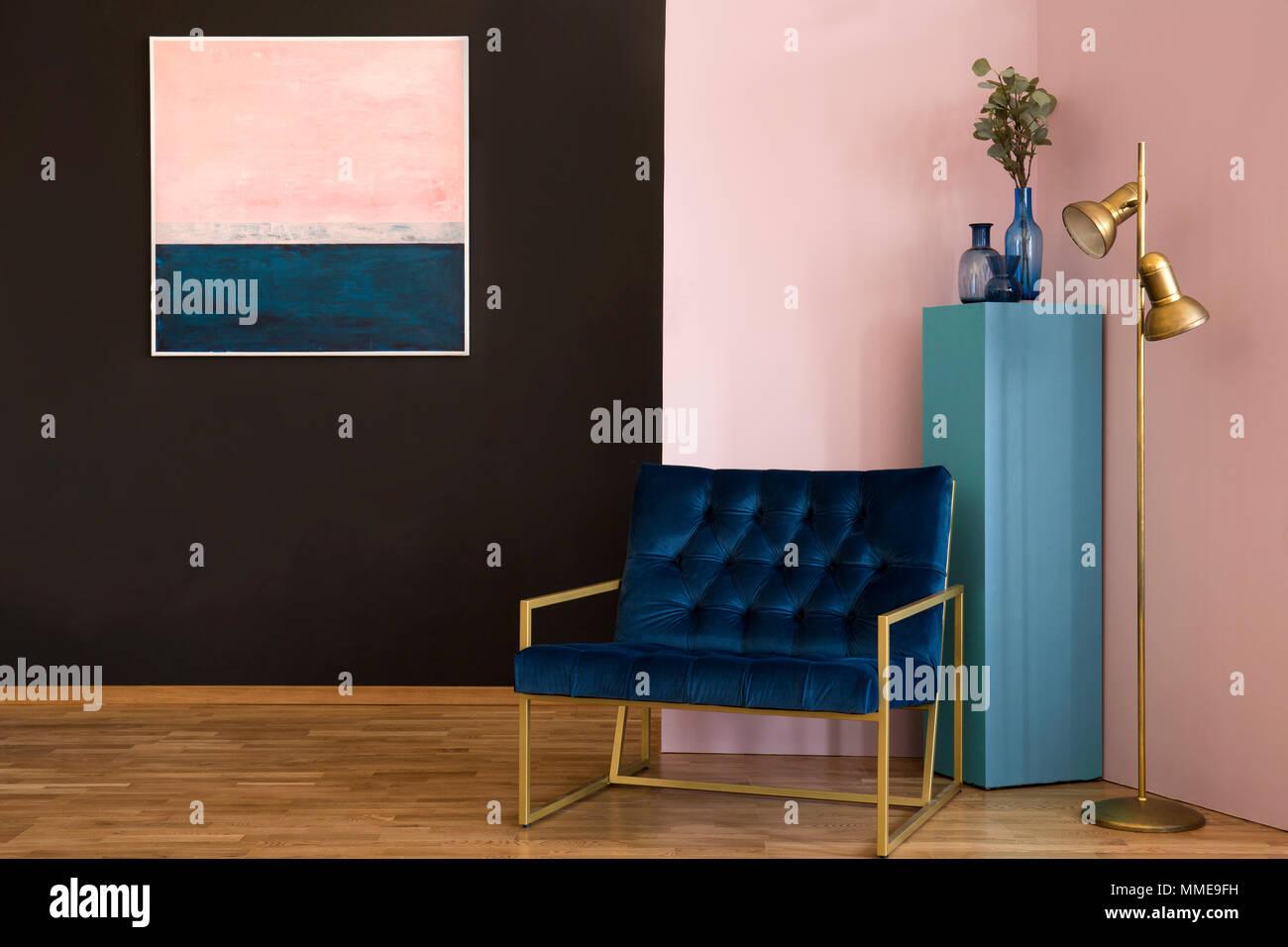 Marine Blau Sessel neben einem gold Lampe in Schwarz und Rosa ...