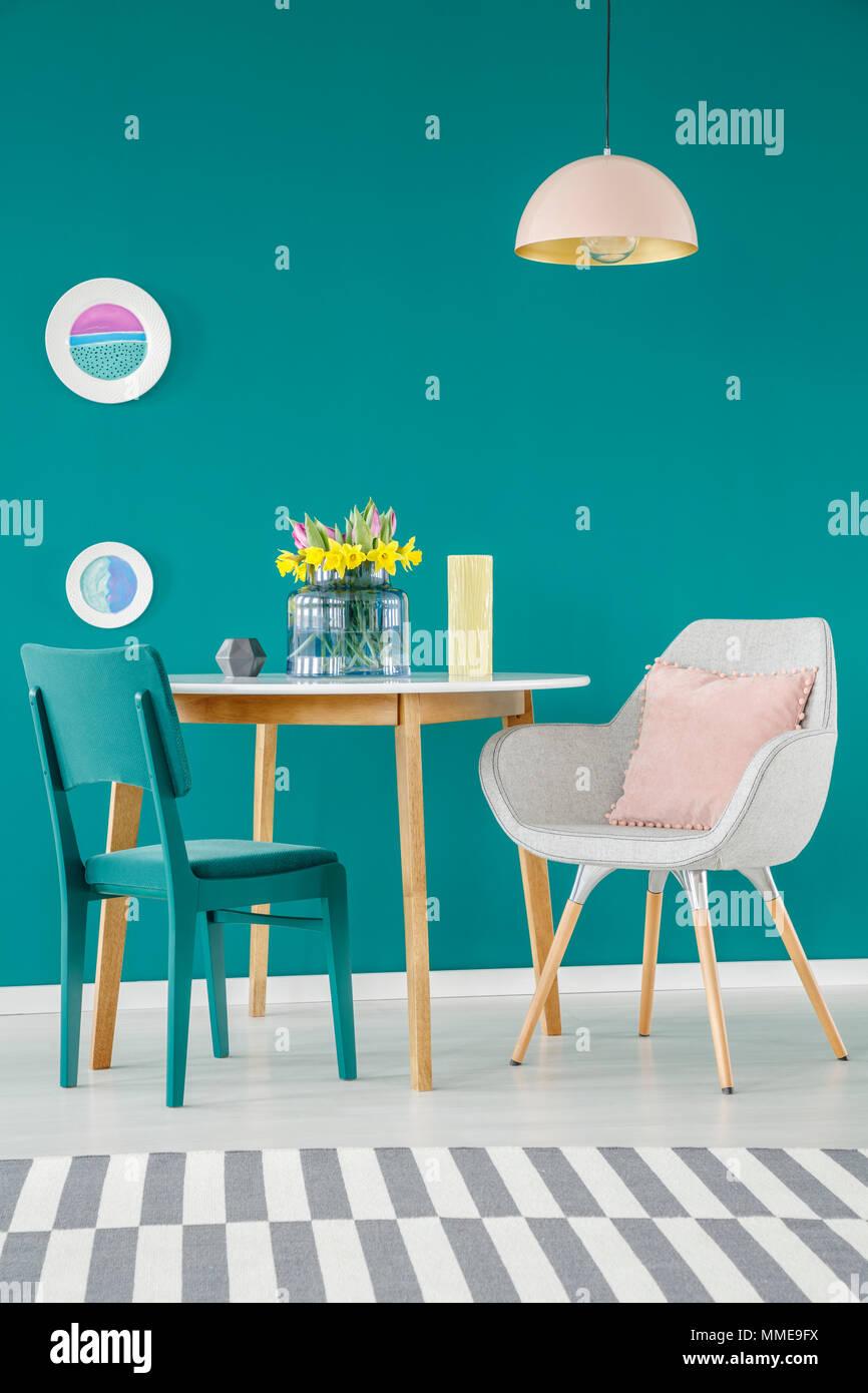 Stuhl, Sessel mit Kissen, Esstisch, gestreiften Teppich und Platten ...