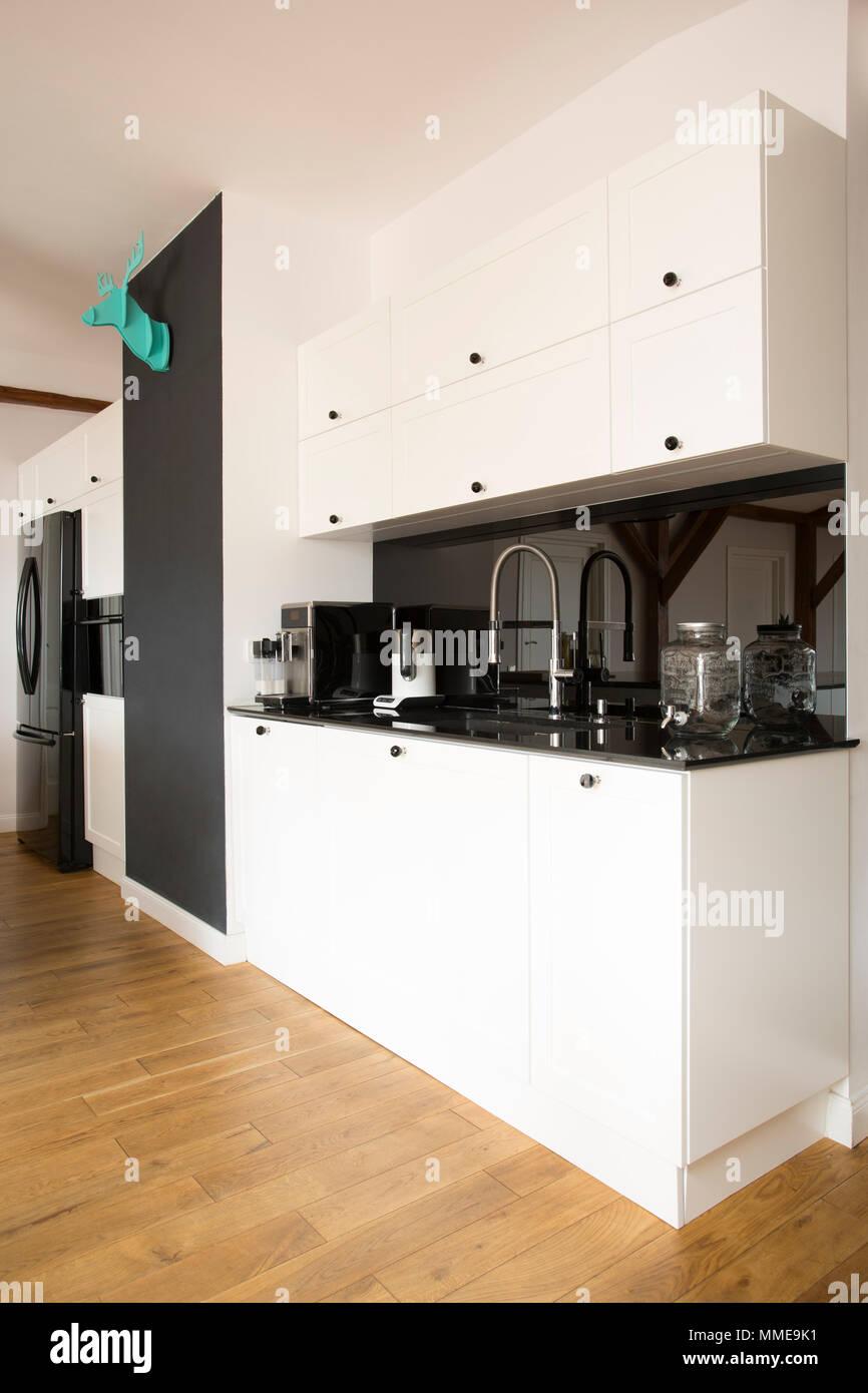 Seitenansicht Des Weißen Küche Interieur Mit Schwarzer Arbeitsplatte