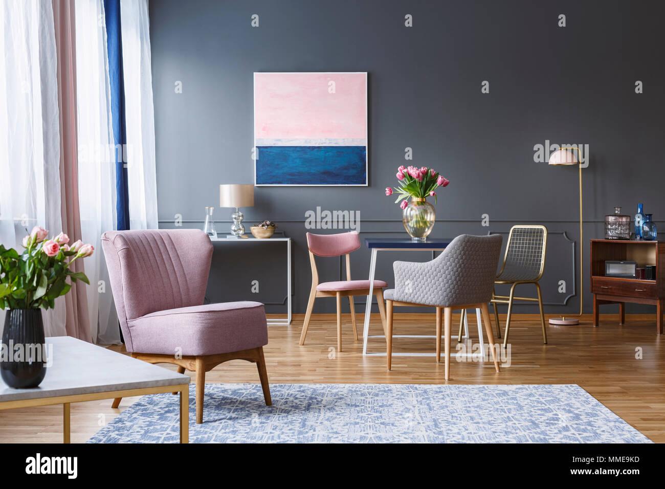 Rosa Sessel In Geraumigen Grau Esszimmer Interieur Mit Blumen Auf