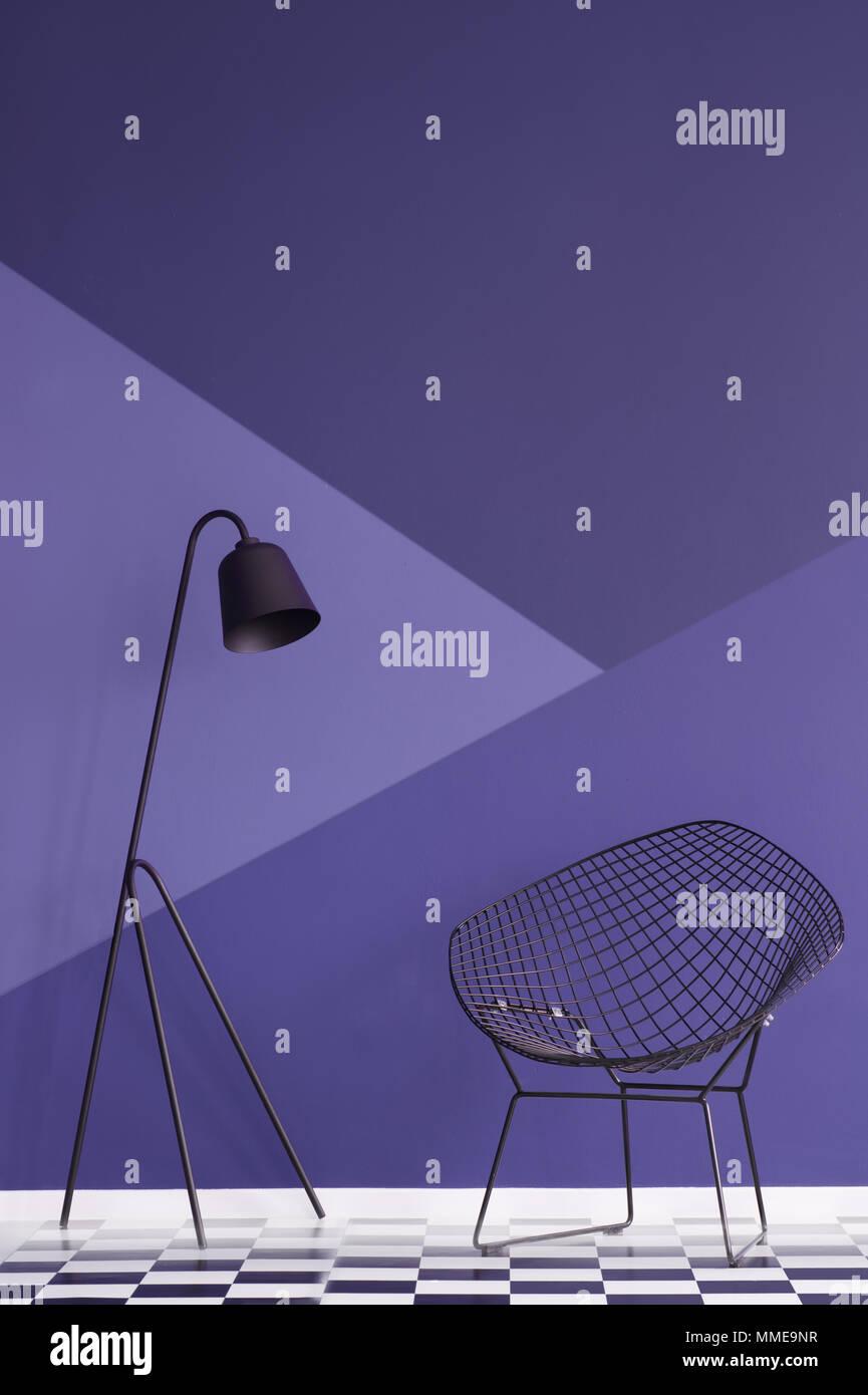 Asymmetrische Violet Wand In Einem Modernen Wohnzimmer Interieur Mit