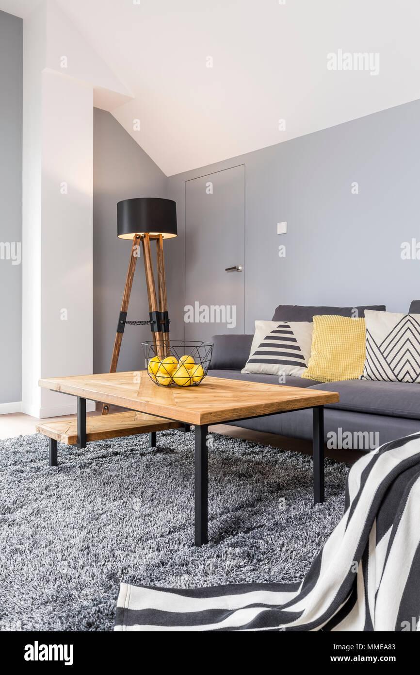 Holz Und Grau Design Von Gemutliches Wohnzimmer Mit Eckcouch Gestreifte Decke Teppich Und Designer Couchtisch Stockfotografie Alamy