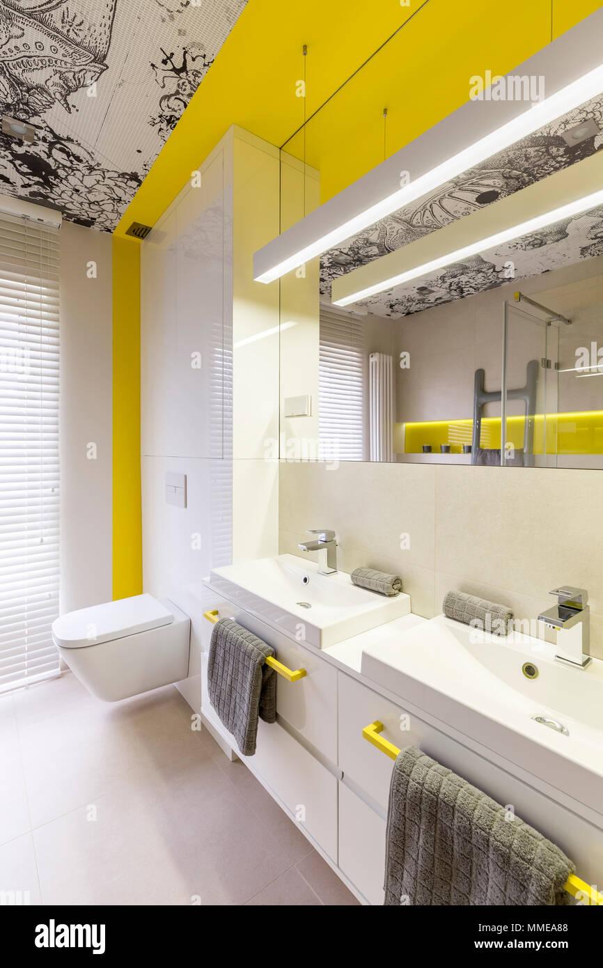 Weiß und neon gelb Bad design Idee, gelb Griffe, 2 Waschbecken, Wc ...