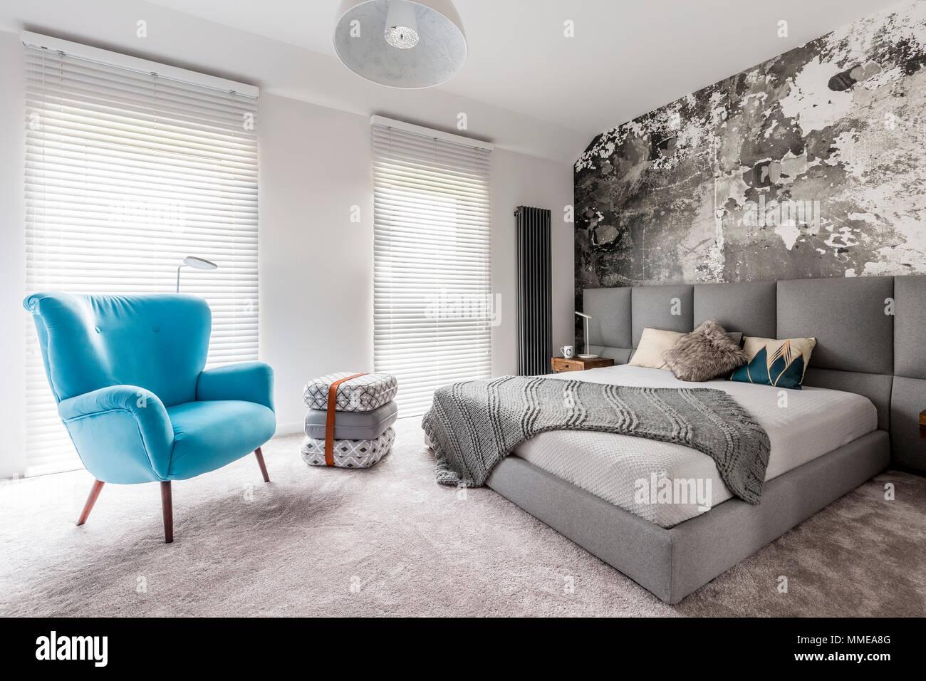 Einfarbig grau Schlafzimmer mit grunge Wand, Holz ...