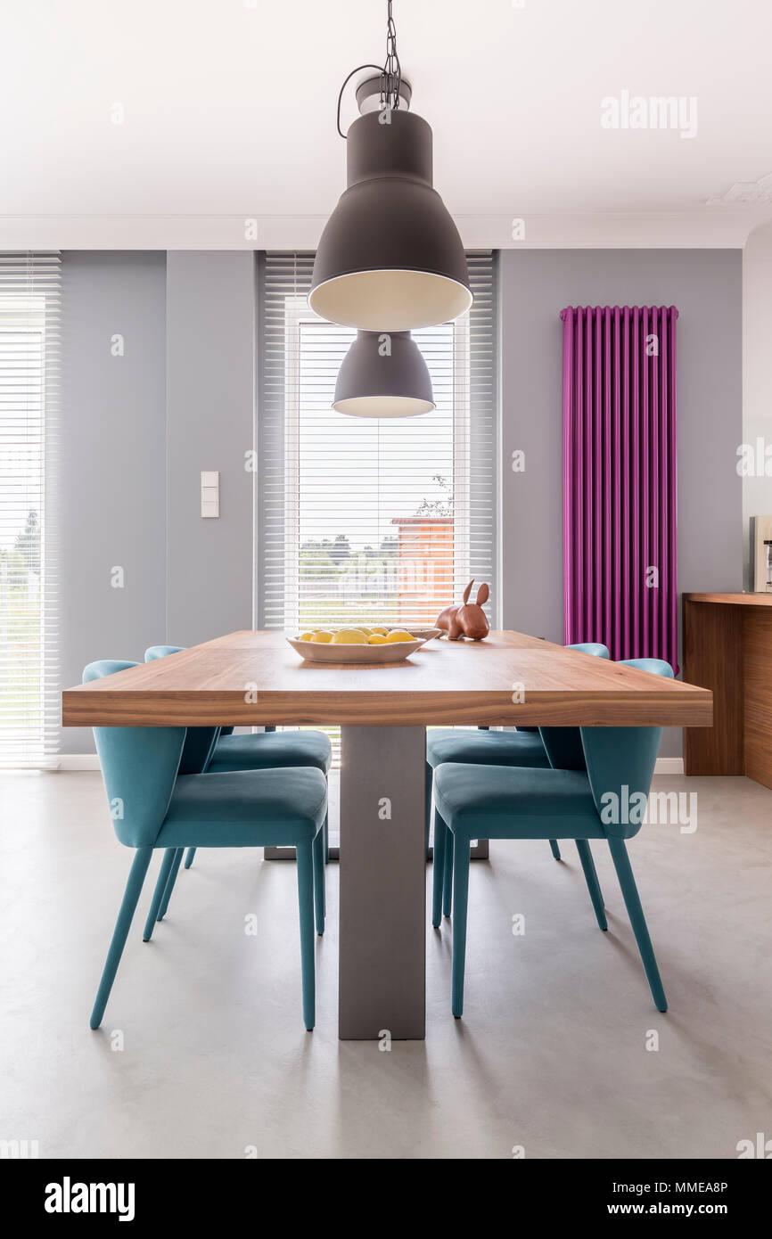 Moderne Esszimmer Interieur Mit Holzernen Tisch Turkis Stuhle