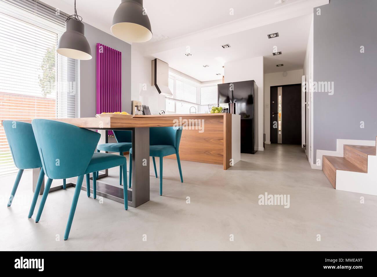 Monochromatische moderne offene Wohnung mit bunten und mit Akzenten ...