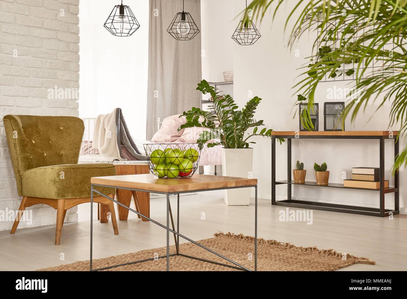 multifunktionalen innenraum mit bett, tisch und sessel stockfoto