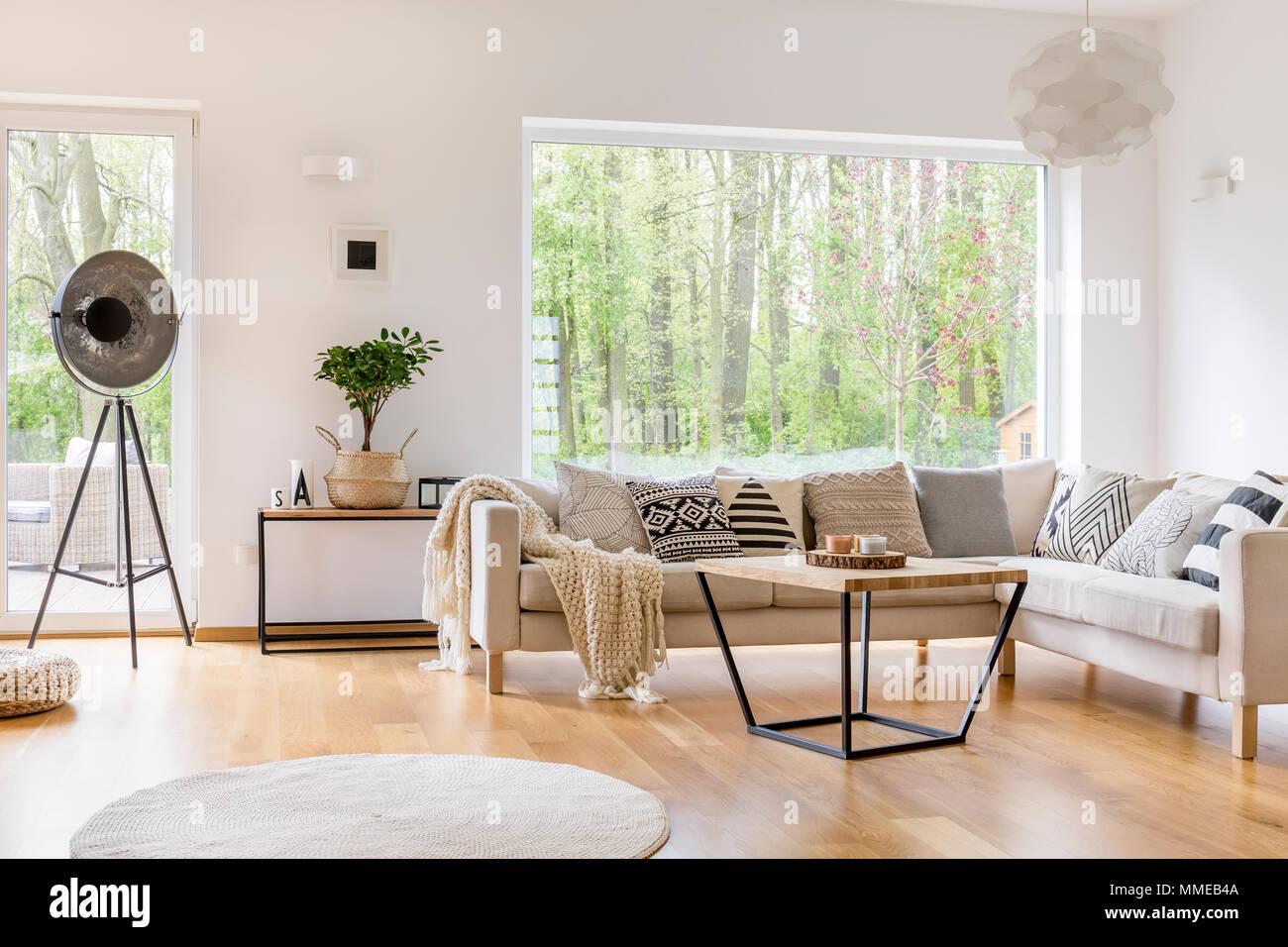 Weiß gemütliche Möbel in modernen, geräumigen Wohnzimmer mit ...