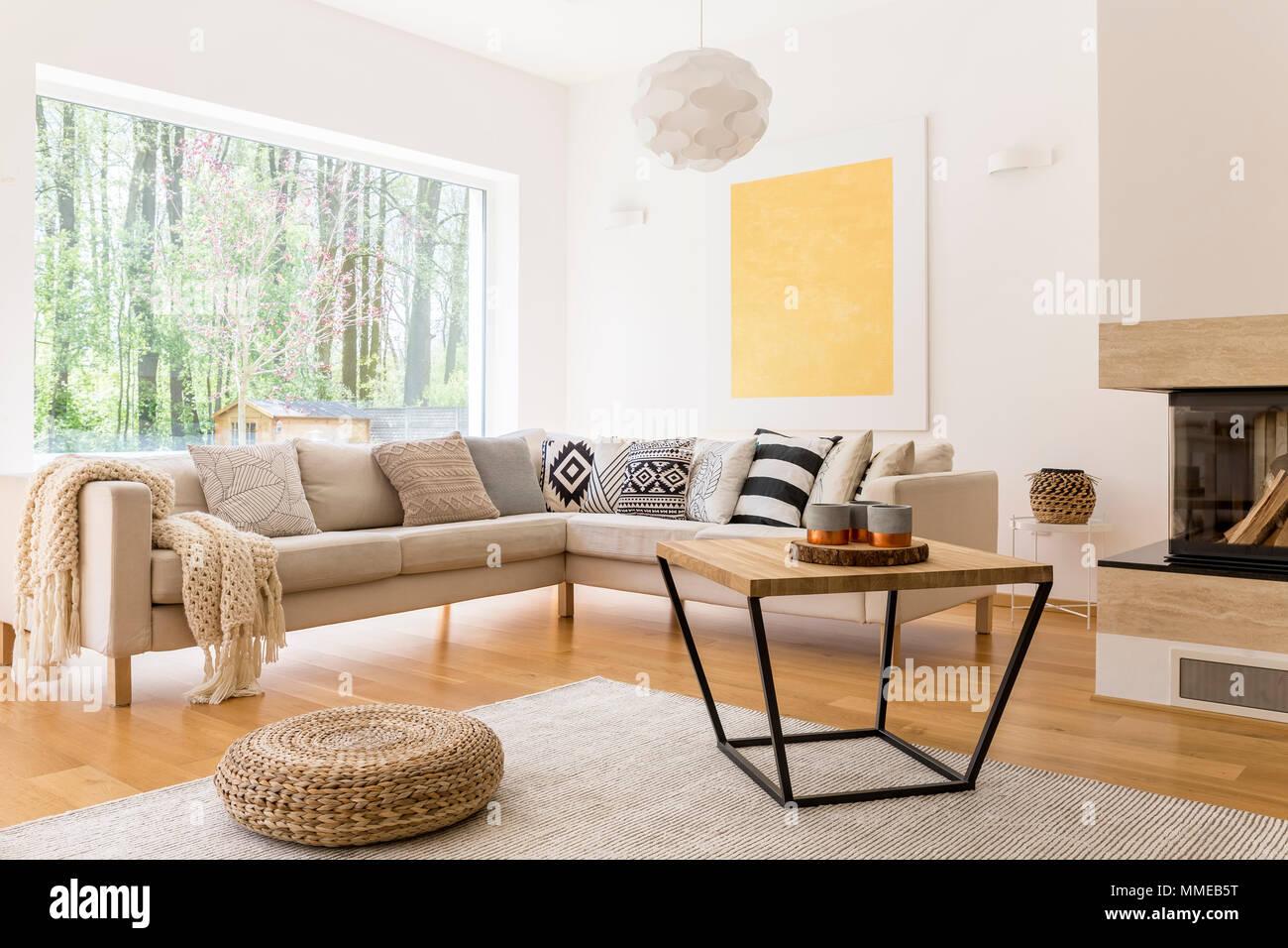 Holz Couchtisch und weißen Sofa im Wohnzimmer gemütliche ...