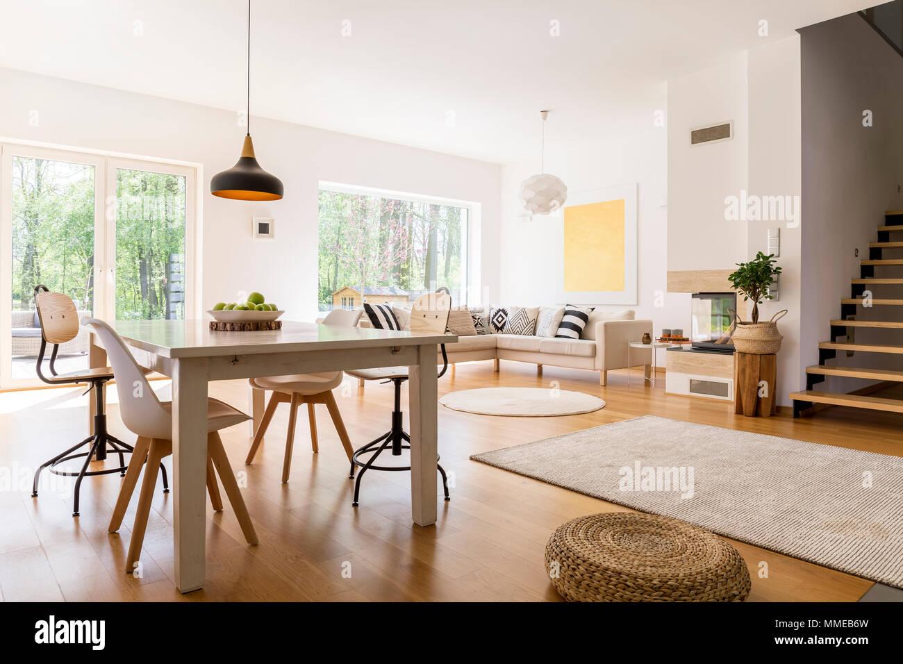 Holz Weissen Esstisch In Modern Gestaltetes Wohnzimmer