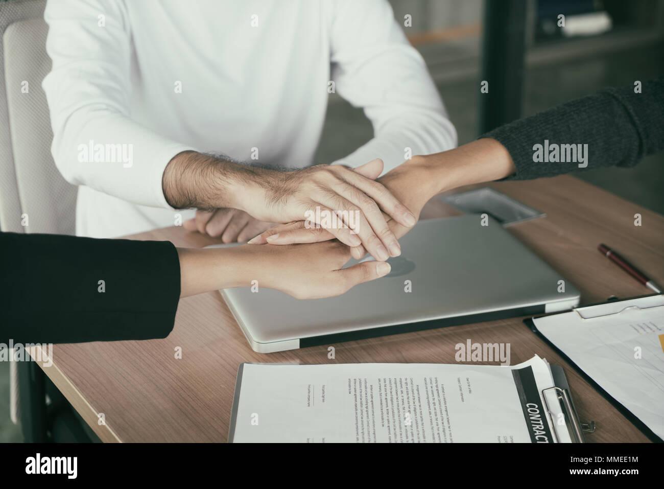 Fesselnd Drei Business Partner Team Mit Hände Zusammen Zu Begrüßung Bis Projekt Im  Büro Beginnen. Business Meeting Konzept