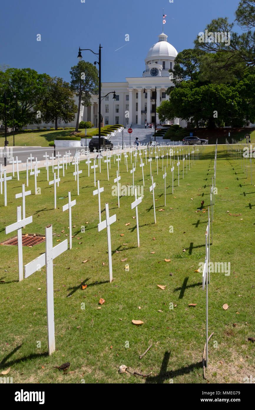 Montgomery, Alabama - Kreuze in der Nähe der Alabama State Capitol erinnern Sie sich Opfer von Mord. Die Kreuze wurden von Opfern von Straftaten und Nachsicht, eine platziert Stockbild