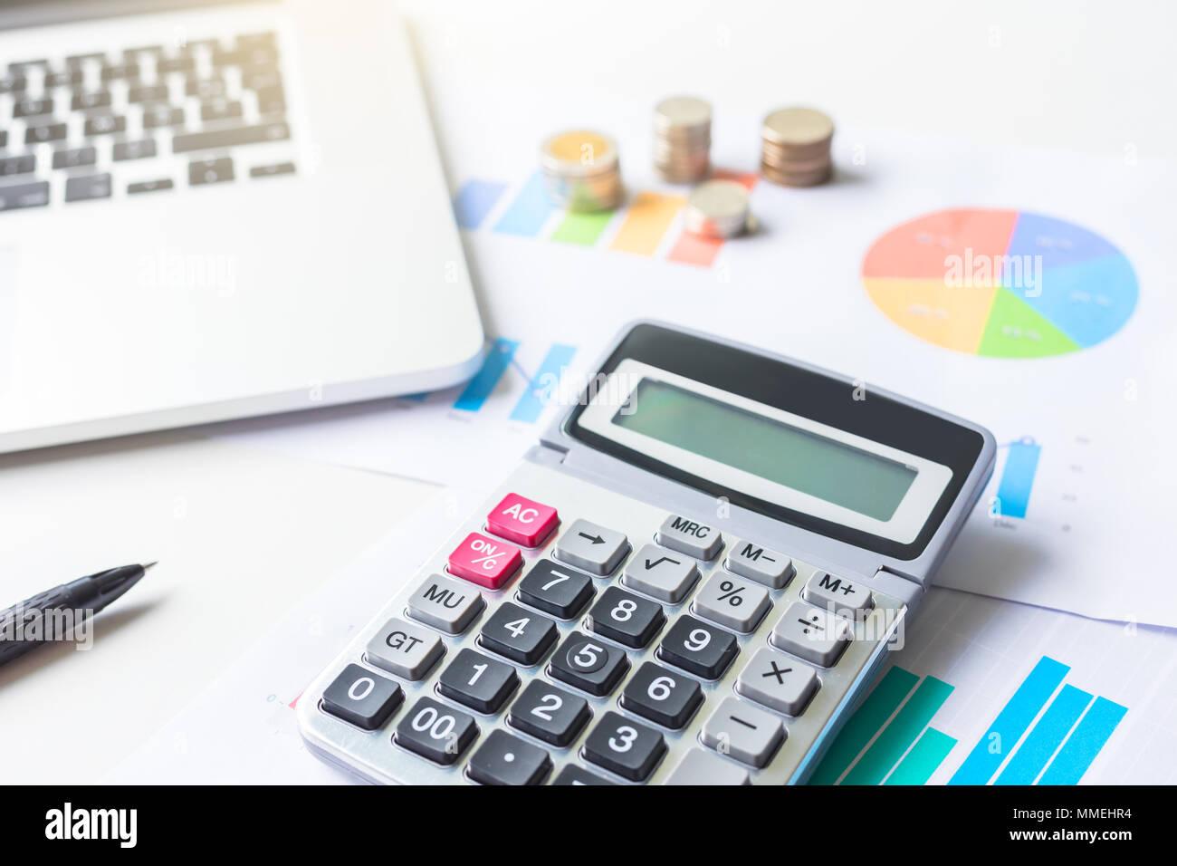 Financial Business graph mit Laptop und Rechner. Geld sparen. Stockbild