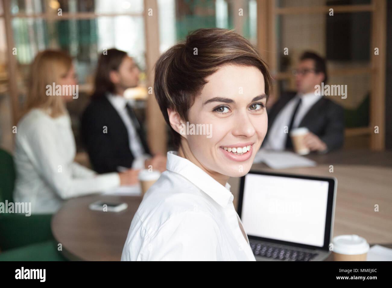 Lächelnd Geschäftsfrau professionelle Dolmetscher bei Kamera suchen Stockbild