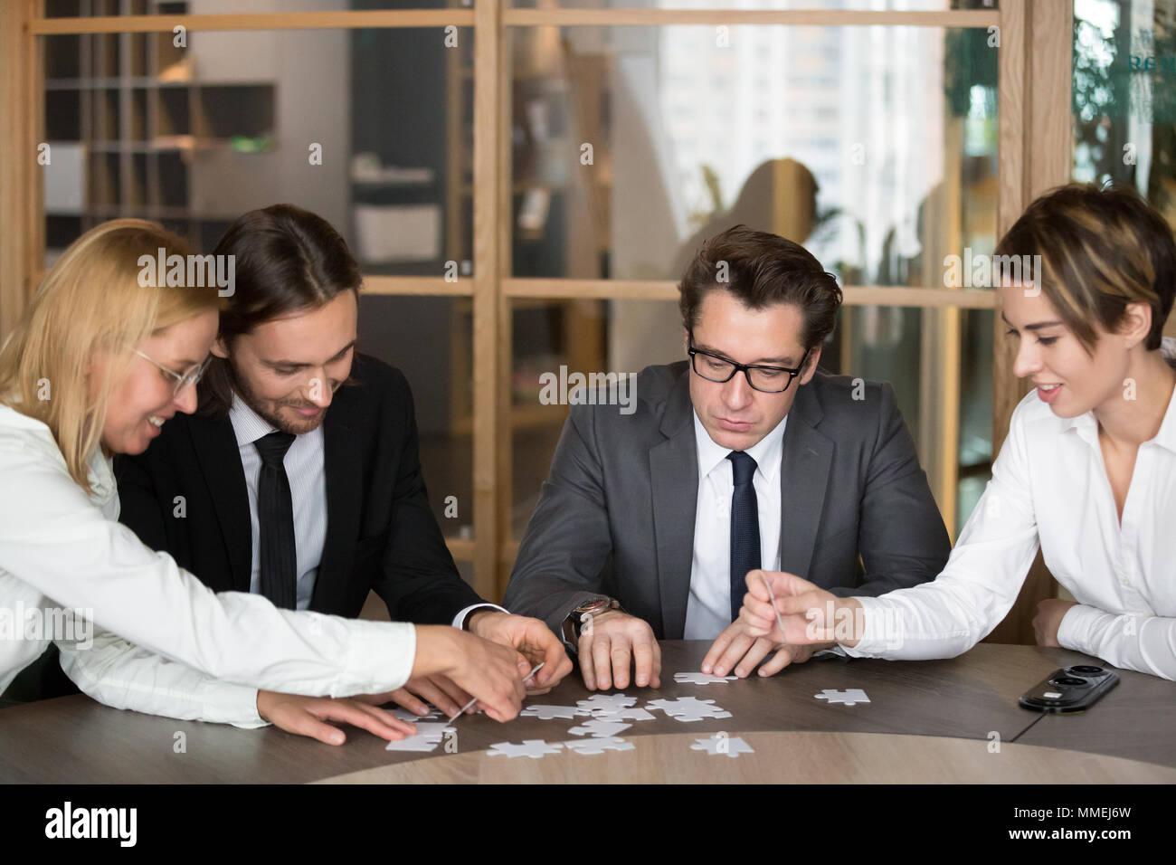 Geschäftsleute Montage puzzle engagieren Team Mitglieder in findin Stockbild