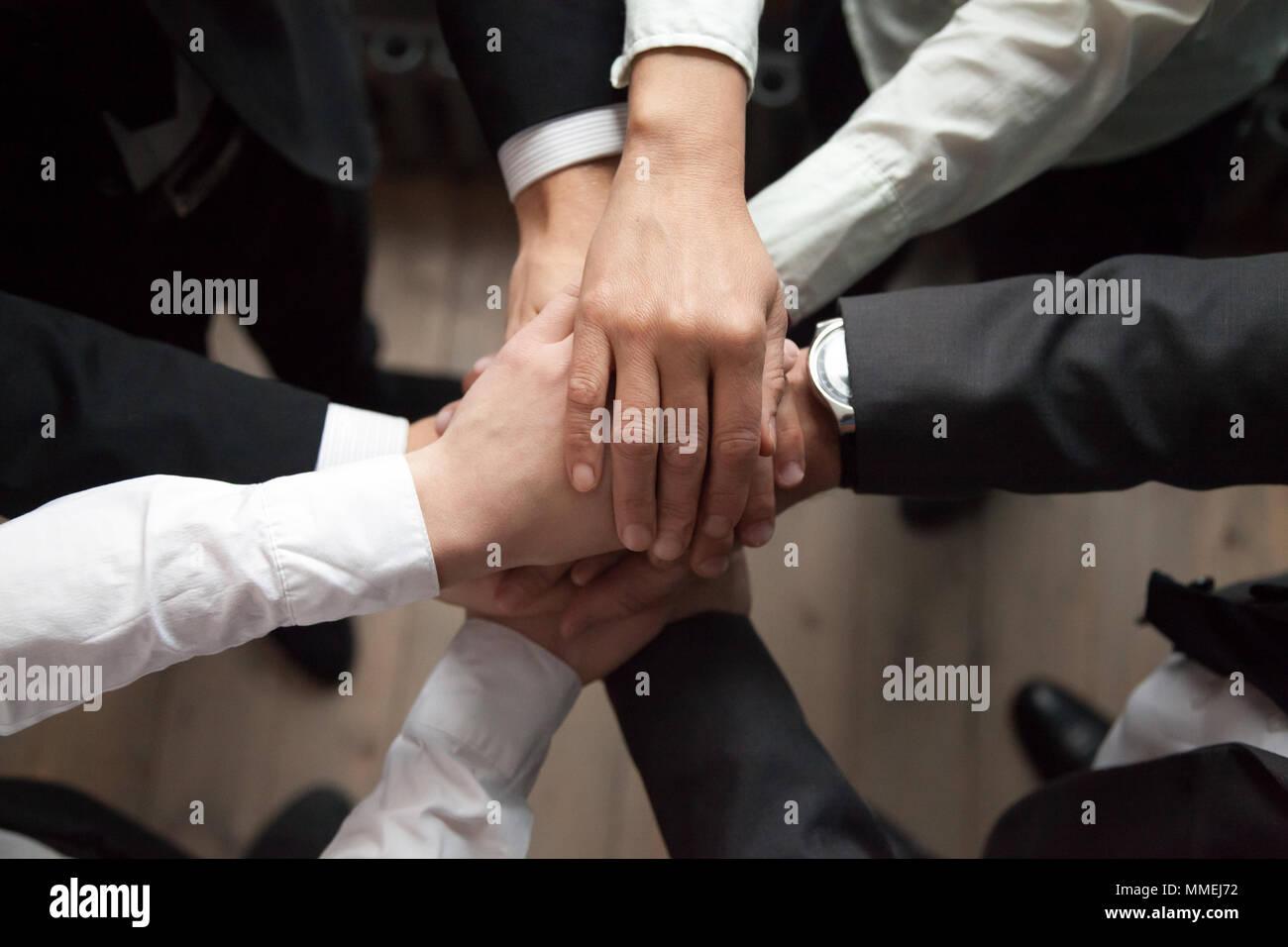 Motiviert Geschäftsleute Hände zusammen, Vertrauen und Unterstützung Stockbild