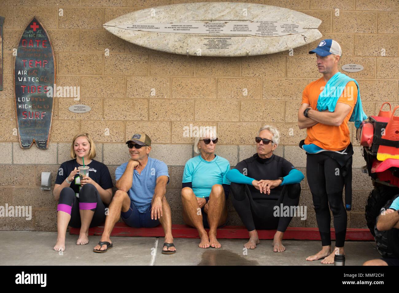 Freiwillige Teilnahme an einem Briefing für das Naval Medical Center San Diego surf Therapiesitzung in Del Mar, Kalifornien, Sept. 14, 2017. Surf Therapie ist medizinisch ausgestattet und stellt Behandlung für eine Vielzahl von Krankheiten einschließlich der posttraumatischen Belastungsstörung und chronische Schmerzen. (DoD Foto von EJ Hersom) Stockbild