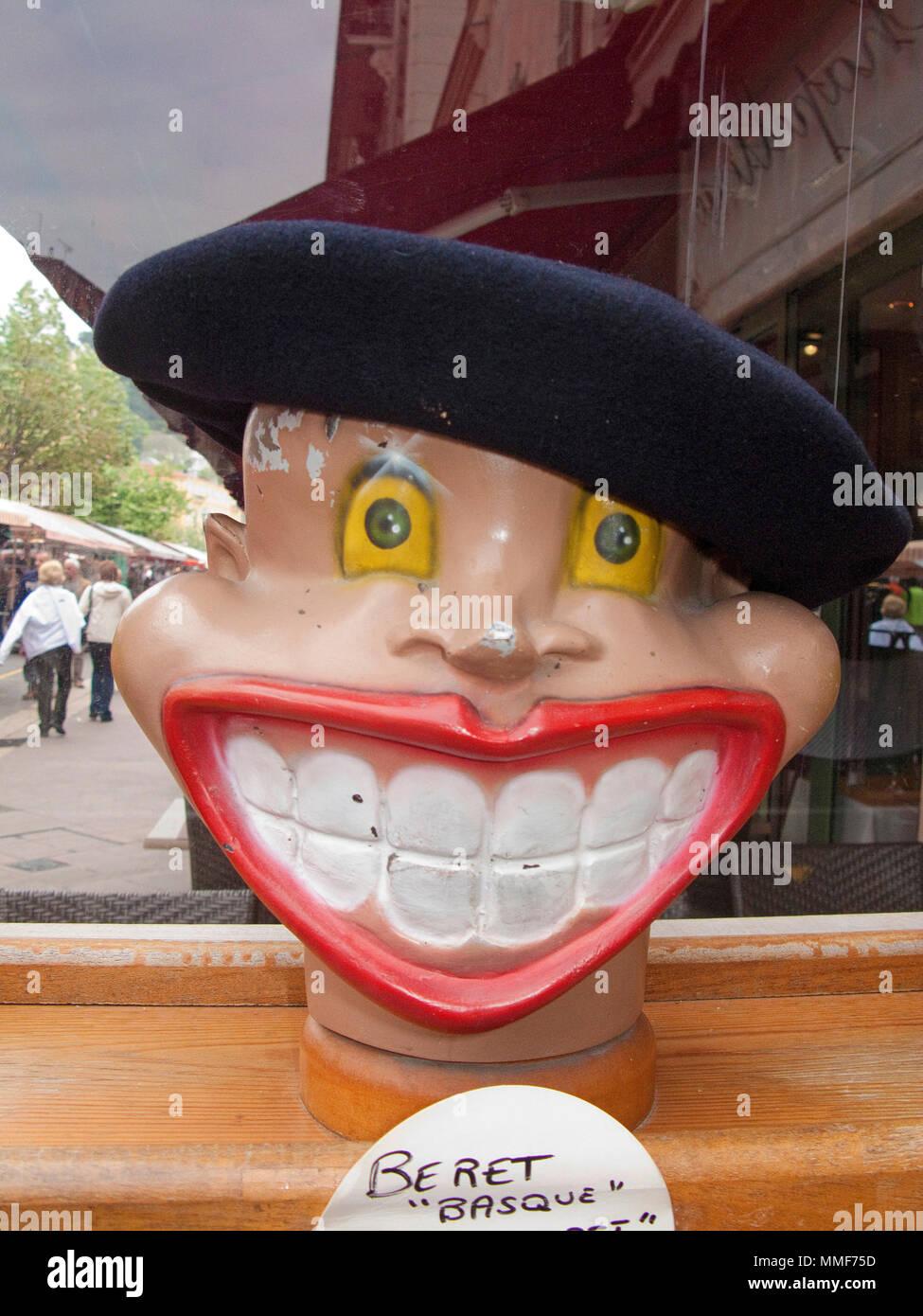 Beret Basque, Barett auf ein lächelndes komischen Kopf, Cours Saleya, Nizza, Côte d'Azur, Alpes Maritimes, Südfrankreich, Frankreich, Europa Stockbild