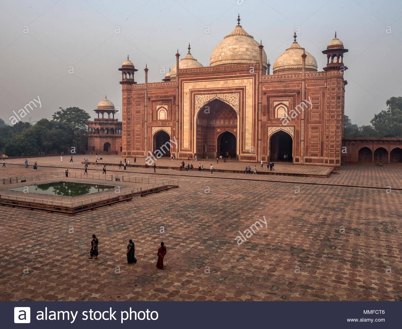 Pilger an der westlichen Moschee oder Kau Verbot im Taj Mahal. Stockbild