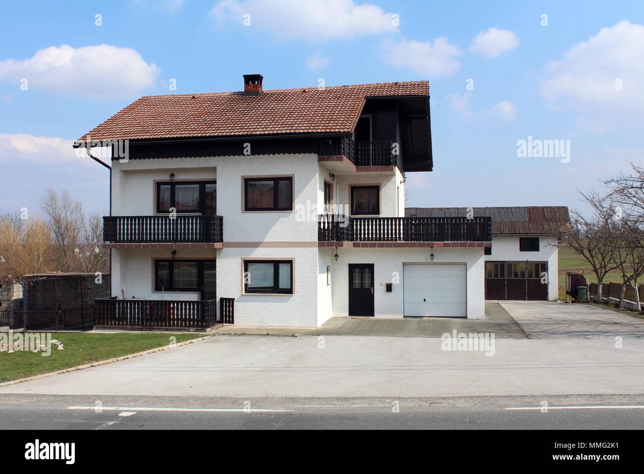 Suburban Familie Weisse Haus Mit Schwarzen Alten Holzernen Zaun