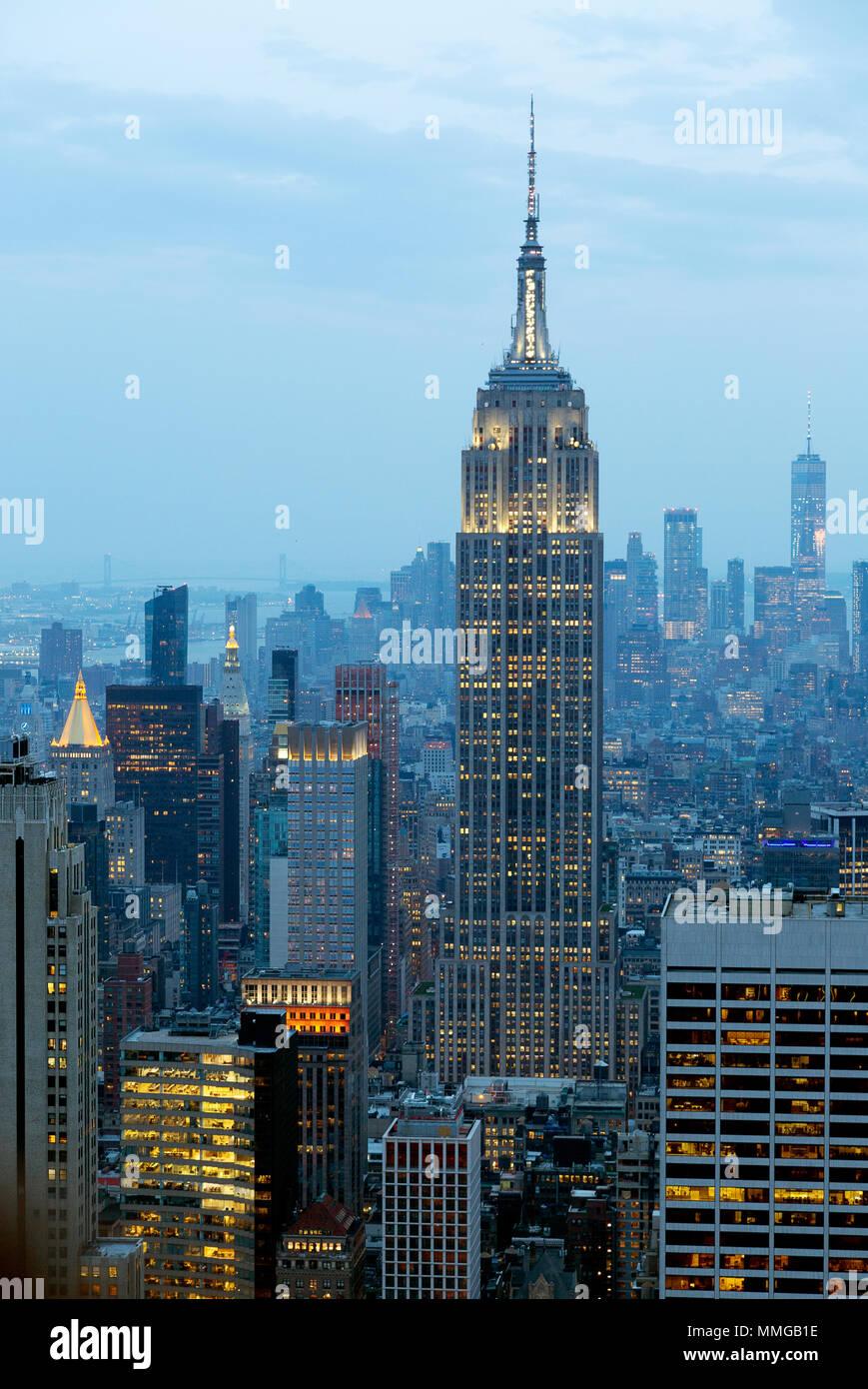 Das Empire State Building, New York Skyline am Abend von der Spitze des Felsens, New York City, Vereinigte Staaten von Amerika gesehen Stockbild