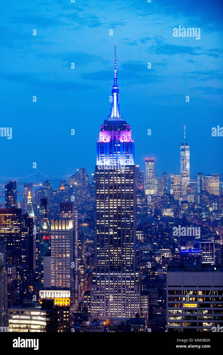 Empire State Building und die Skyline von New York in der Dämmerung, von der Spitze des Felsens Aussichtsplattform, Manhattan, New York City, Vereinigte Staaten von Amerika gesehen Stockbild