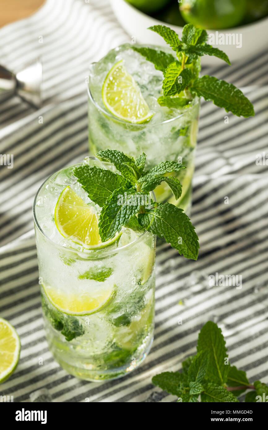 Erfrischende Minze und Limette Mojitos mit Rum und Sodawasser Stockbild