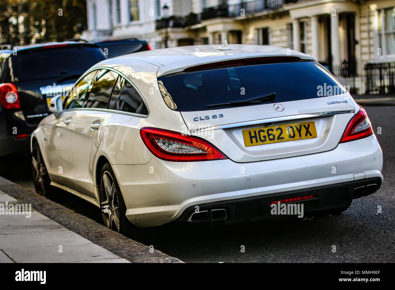 eine weiße luxus mercedes-benz cls 63 amg kombi stockfoto, bild