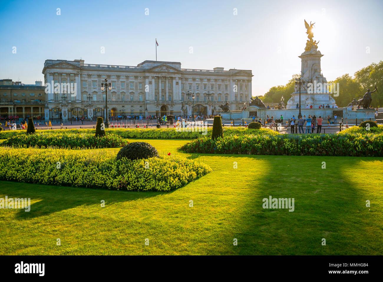 LONDON - Mai 7, 2018: Blick über die Blumenbeete vor dem Buckingham Palace bei Sonnenuntergang. Stockbild