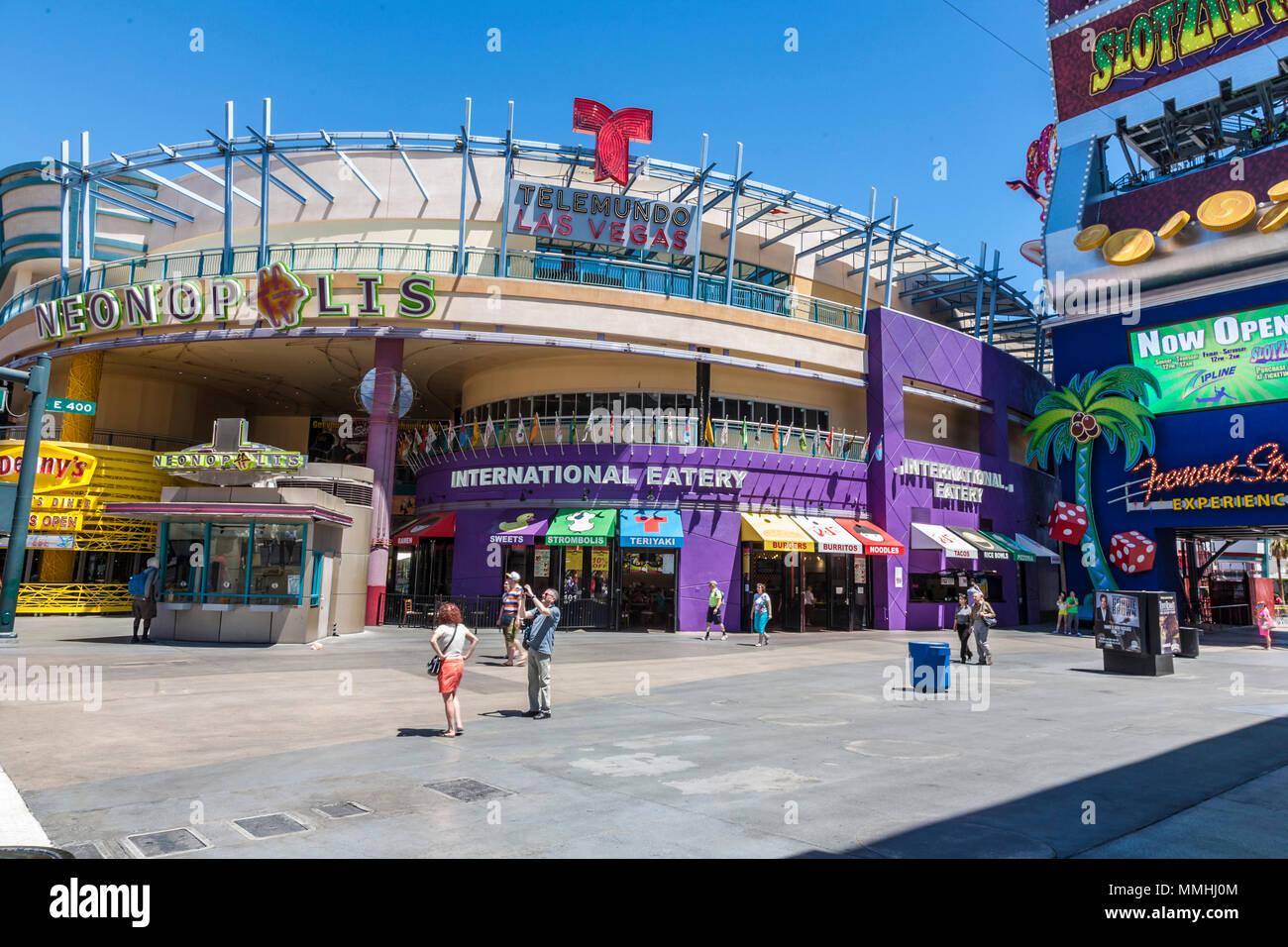 Touristen Stop für Bilder außerhalb Neonopolis Unterhaltungs komplex auf der Fremont Street Las Vegas Boulevard Las Vegas, Nevada Stockfoto