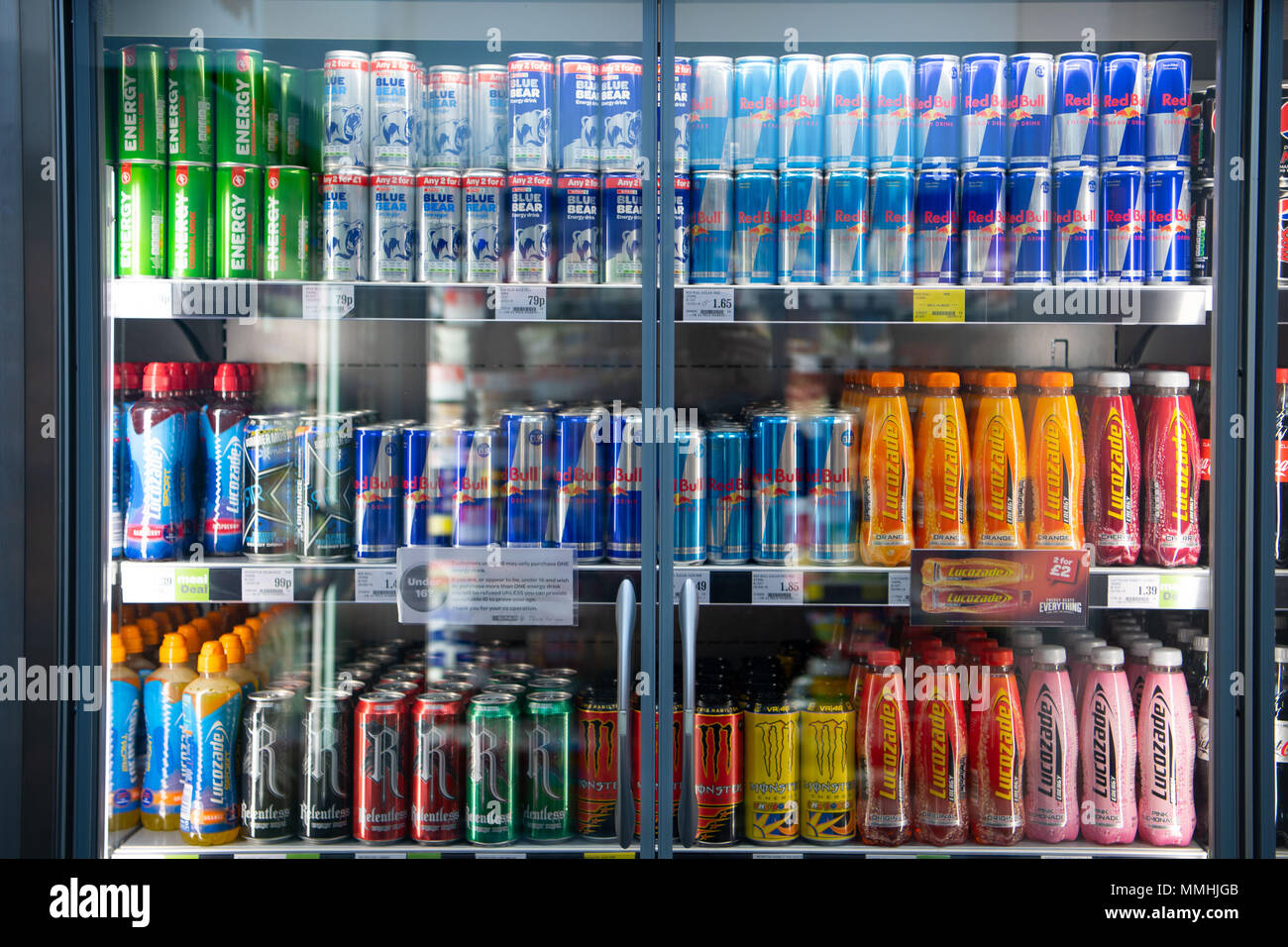 Red Bull Getränke Kühlschrank : Kohlensäurehaltige getränke zum verkauf in einem supermarkt