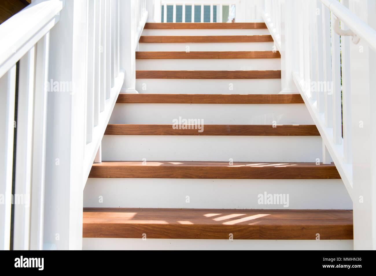 Outdoor Home Treppe mit künstlichem Holz Schritte alternative langlebige Material Stockbild