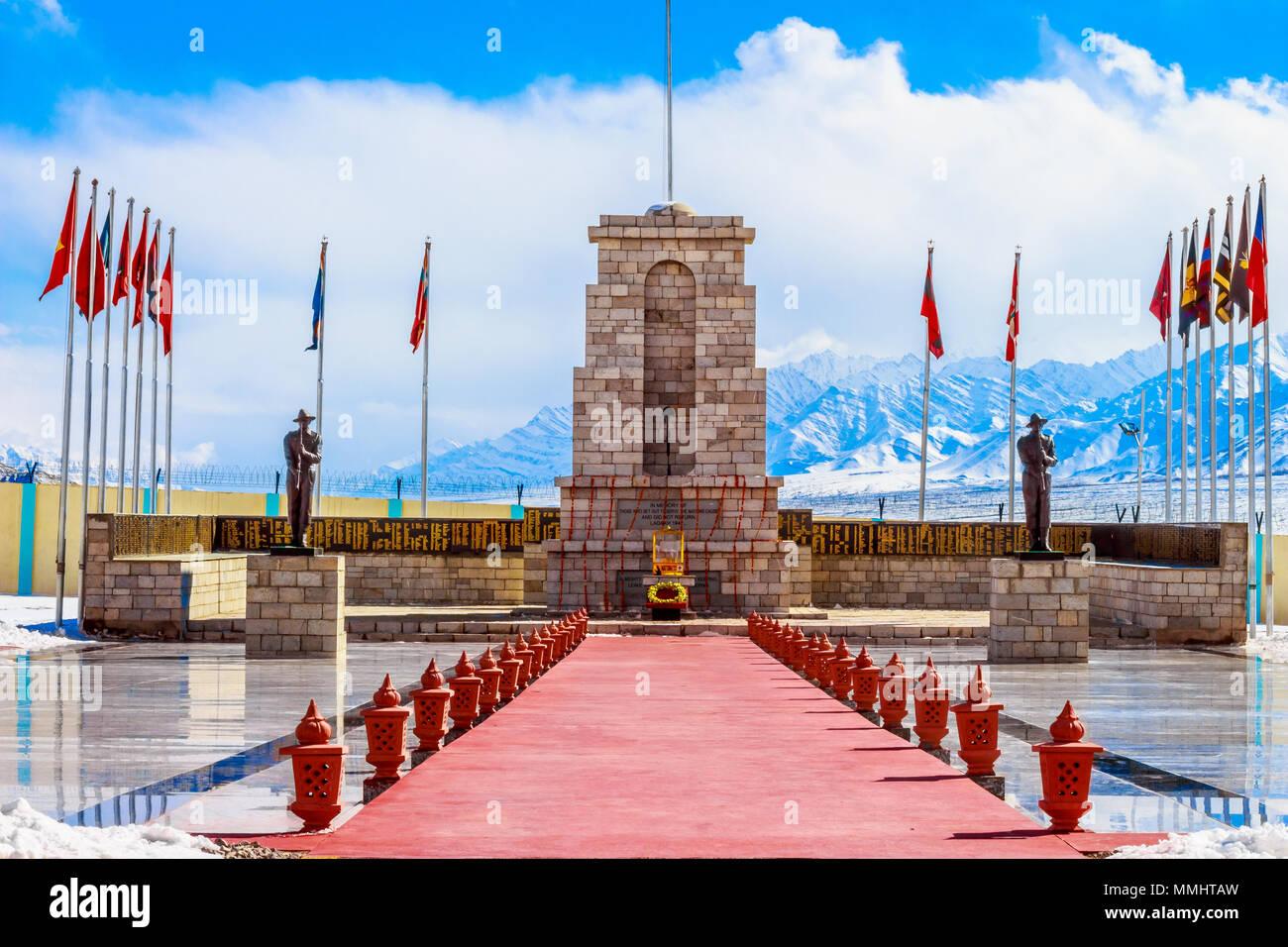 Historische Denkmal in der großen Länder von Ladakh. Die schneebedeckten Berge des Himalaja im Hintergrund, erhält sie in den Stand der Affinität. Stockbild